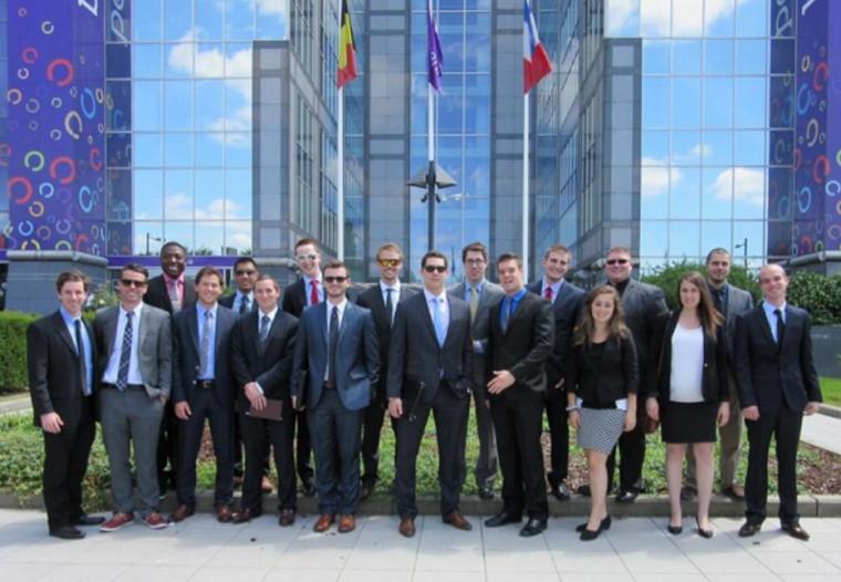 Les 18finissantes et finissants au baccalauréat en administration des affaires, concentration en finance, qui ont représenté l'UdeS lors du voyage d'études EuroFinance 2014.