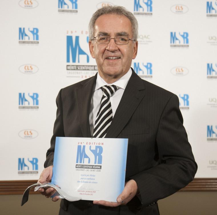 Dr Mauril Gaudreault, doyen associé au Saguenay, recevant le prix Plourde-Gaudreault au nom du Comité de gestion académique du Programme de formation médicale à Saguenay.