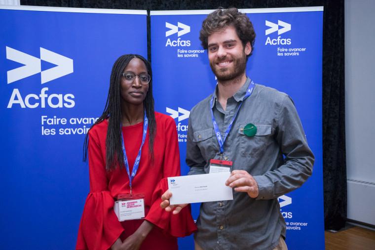 Ismelda Ouédraogo, du Secrétariat à la promotion et à la valorisation de la langue française, et Rémi Tavon, lors de la remise de prix de l'Acfas.