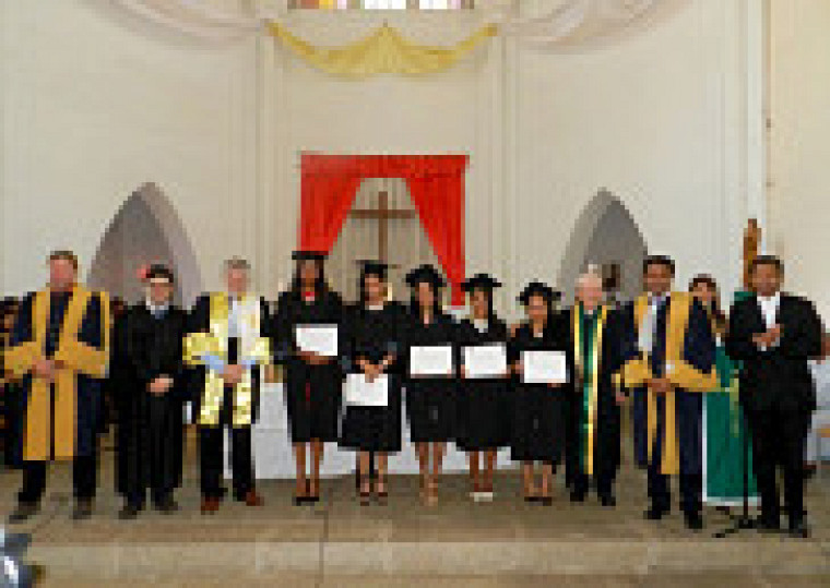 La collation des grades des cinq diplômées de la maîtrise en psychologie avec la présence du professeur retraité et ancien vice-recteur de l'UdeS, Jean Desclos, initiateur du projet.