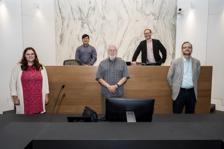 De gauche à droite, Alexandra Bouchard et Nicolas Proulx, étudiants-chercheurs au CrRDG, en compagnie des professeurs Pierre Patenaude, Guillaume Rousseau et Marc Chevrier.