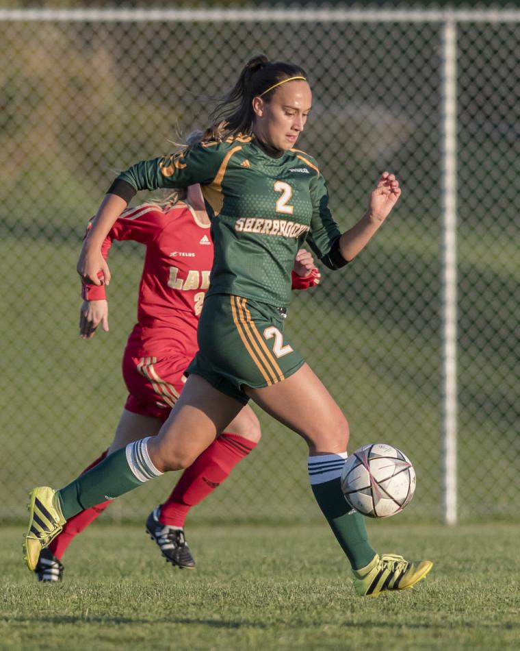 Les filles du Vert & Or ont offert une solide performance contre l'Université Laval. Plusieurs beaux jeux, dont quelques-uns menés par la joueuse de milieu, le no. 2 Joanie Coulombe.