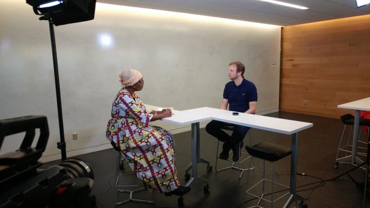 La professeure Justine Coulidiati participait également au tournage d'une capsule vidéo avec David Morin, professeur à l'École de politique appliquée et cotitulaire de la Chaire UNESCO-PREV