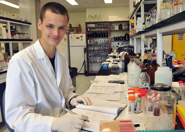 Fabien Dupuis-Sandoval, de l'Université Bishop's, effectue un stage à la Faculté de médecine et des sciences de la santé de l'UdeS.
