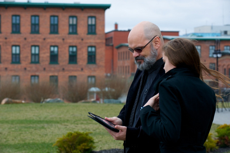 Le professeur Léon Robichaud et l'étudiante Amy Labrosse-Proulx, qui a participé au projet, testent le portail Sherbrooke, histoire et patrimoine.