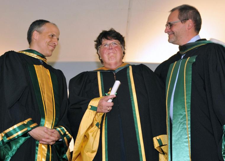 Carol Lilian Richards, au centre, entourée du Pr Pierre Cossette, doyen de la FMSS et de Pr Alain Webster, vice-recteur au développement durable et aux relations gouvernementales