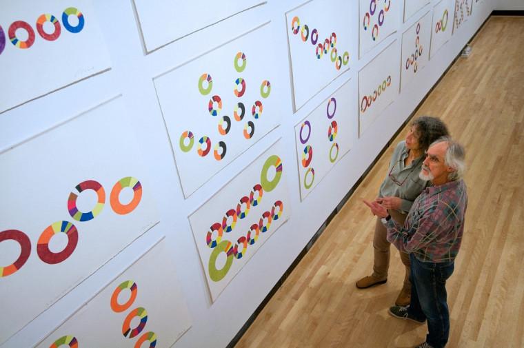 Regroupés sous la signature COZIC, les artistesMonic Brassard et Yvon Cozic présentent un nouveau langage dessiné et coloré, Le Projet Code Couronne.