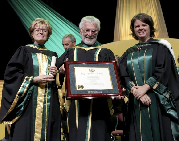 Le professeur émérite Francis Corpataux, entouré de la doyenne de la Faculté d'éducation Colette Deaudelin et de la vice-rectrice aux études Lucie Laflamme.
