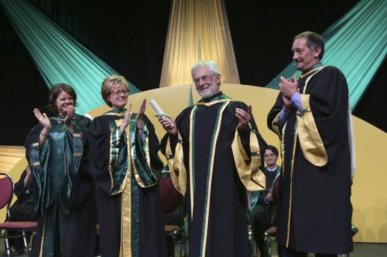 Francis Corpataux a reçu une longue ovation du public, au rythme d'une pièce musicale du Chant des enfants du monde.