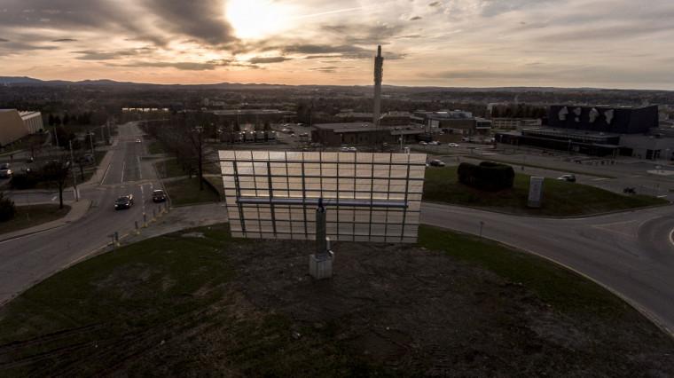 Un traqueur solaire se trouve dans le rond-point du Campus principal.