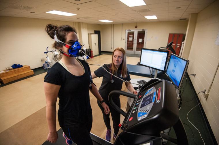 Située au Centre sportif de l'Université de Sherbrooke, la Clinique universitaire de kinésiologie de la Faculté des sciences de l'activité physique offre maintenant l'évaluation de la capacité cardiorespiratoire, du métabolisme de repos et de la composition corporelle.