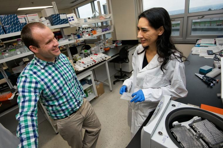 Nicolas Gévry, professeur et chercheur en biologie moléculaire et cellulaire, et Stéphanie Bianco, stagiaire postdoctorale.