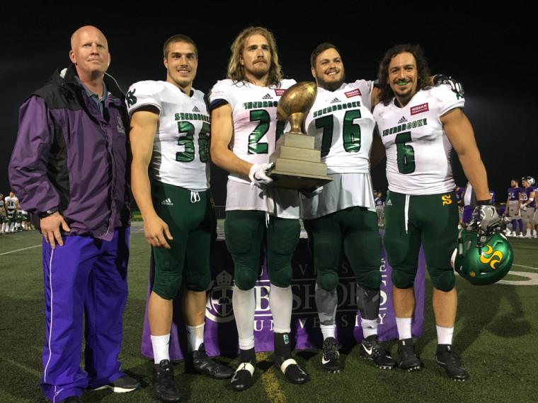 Les quatre capitaines du Vert & Or ont reçu le trophée des gagnants de ce duel UdeS-Bishop's des mains du directeur des sports des Gaiters, Matt McBride.