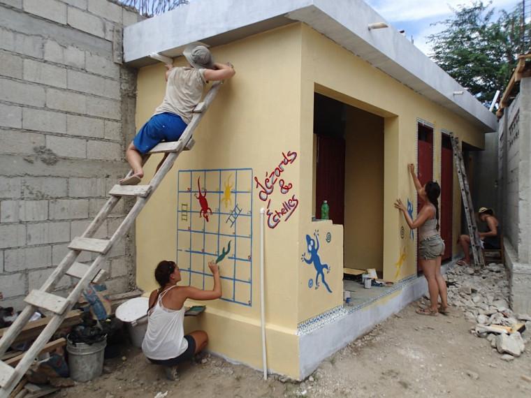 Les bénévoles décorent les installations sanitaires