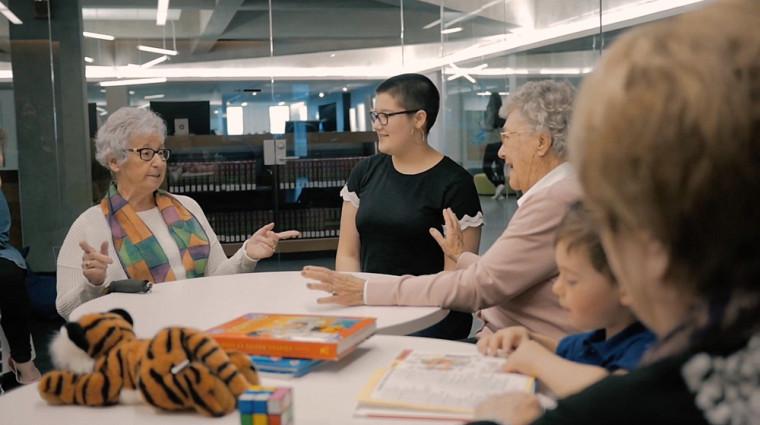 Des aînées interagissent avec des élèves, dans la vidéo de présentation de Nourrir l'échange.