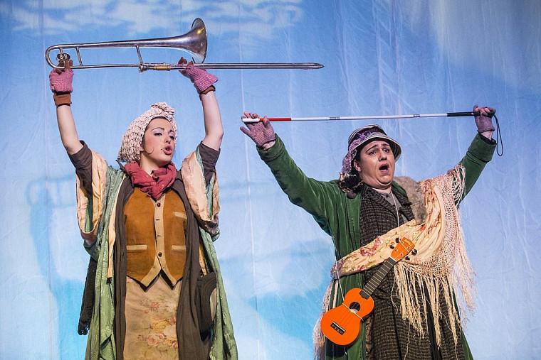 Catherine St-Arnaud (Patachou) et Julie Garceau (Girafielle) dans l'interprétation loufoque de l'opérette d'Offenbach.