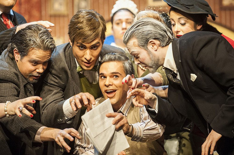 Gianni Schicci, interprété par Julien Horbatuk, brandit le testament de Buoso, l'objet du vice chez la famille Donati.
