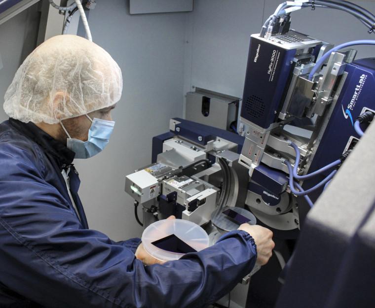 Professionnel de recherche et responsable de l'équipement, Hubert Pelletier, saura vous accompagner dans l'opération du SmartLab de Rigaku.