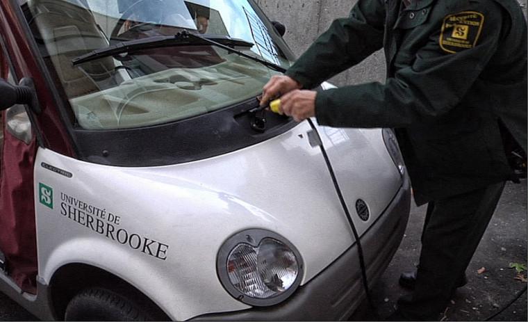 En plus d'inciter les automobilistes à opter pour des véhicules électriques rechargeables, les bornes de recharge publiques serviront également à la recharge des véhicules de l'Université pendant la nuit.