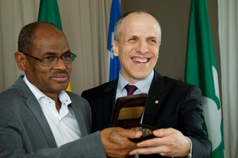 Le PrMahamane Maïga a reçu, des mains du doyen, le Pr Pierre Cossette, la médaille humaniste de la FMSS.