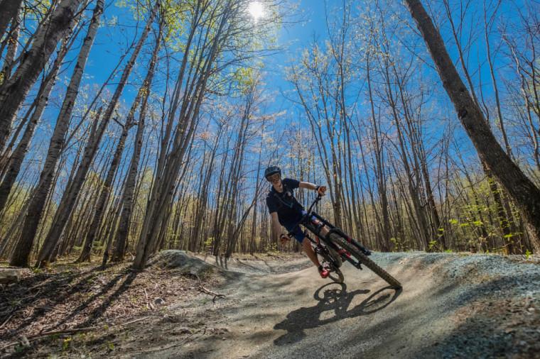 Le parc du Mont-Bellevue compte plusieurs kilomètres de sentiers permettant la pratique d'une variété d'activités: course, marche, raquette, ski alpin, ski de fond, vélo de montagne, etc.
