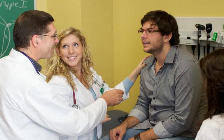 Une étudiante exerce ses habiletés cliniques.