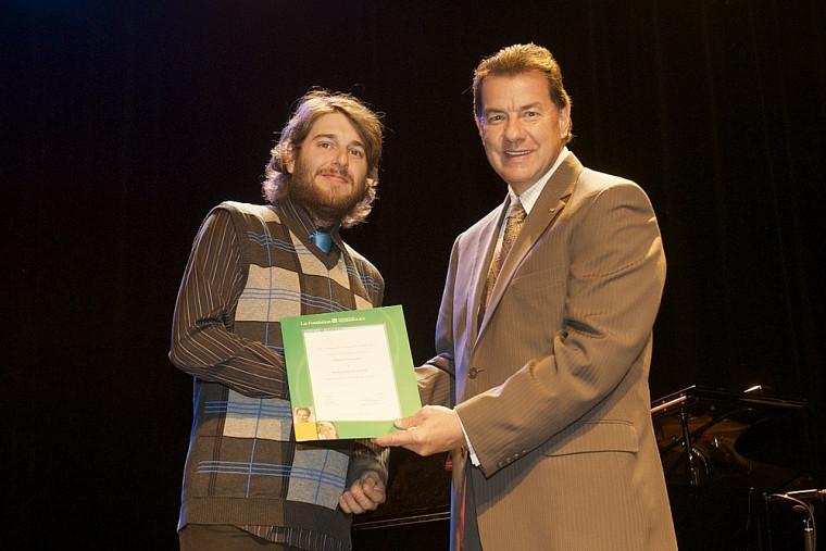 David Larouche a reçu la bourse Christian-Carbonneau des mains du père de ce dernier, Martial Carbonneau.
