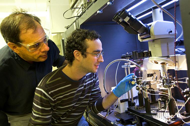 Le professeur Paul Charette, du Département de génie électrique et de génie informatique (à gauche).