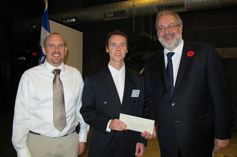 Éric Giroux, président de l'AQEI; Jean-François Lafond, récipiendaire d'une bourse AQEI2011; Pierre Arcand, ministre du Développement durable, de l'Environnement et des Parcs.