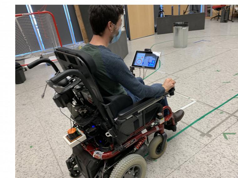 Les participants devaient effectuerun parcours prédéfiniavec lefauteuil dans ses trois modes d'interaction, soitmanuel avec manette, semi-autonome et autonome, et contourner certains obstacles.
