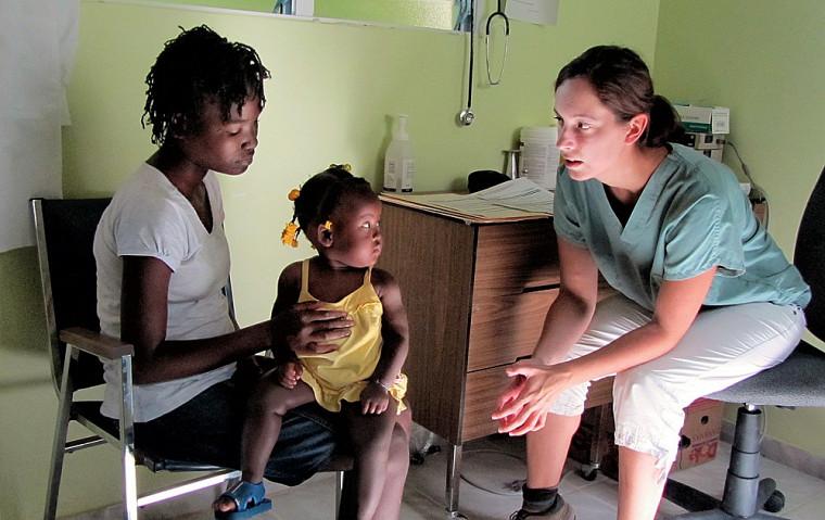 Stéphanie Dicaire, M.D., stagiaire au programme de santé internationale, faisant une consultation.