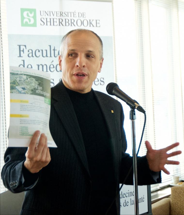 Le Pr Pierre Cossette, doyen de la FMSS, présente le plan stratégique 2016-2018.
