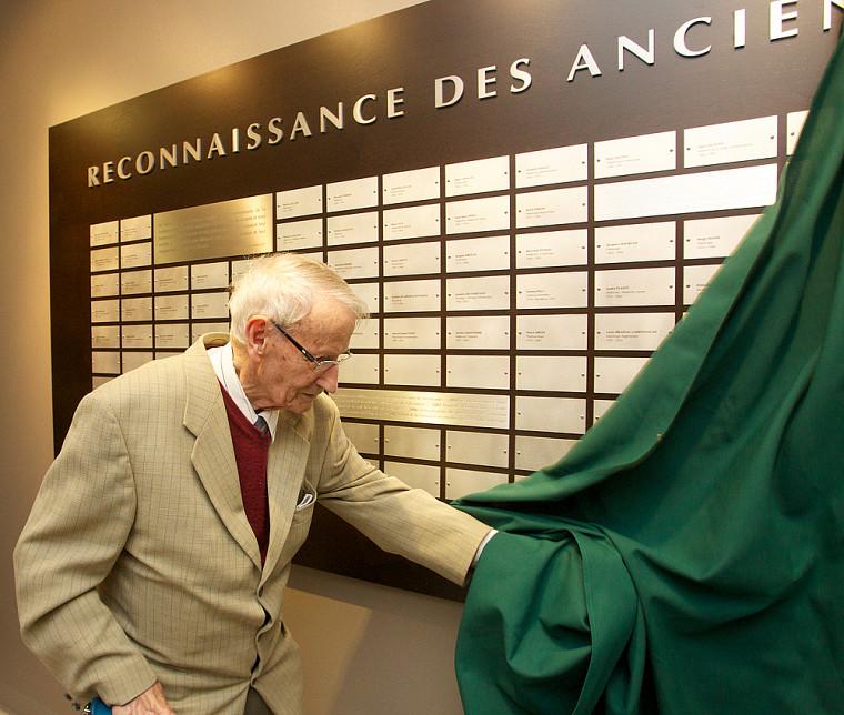 Le Dr Gérard L. Larouche dévoile le mur de reconnaissance des anciennes professeures et anciens professeurs de la Faculté de médecine et des sciences de la santé