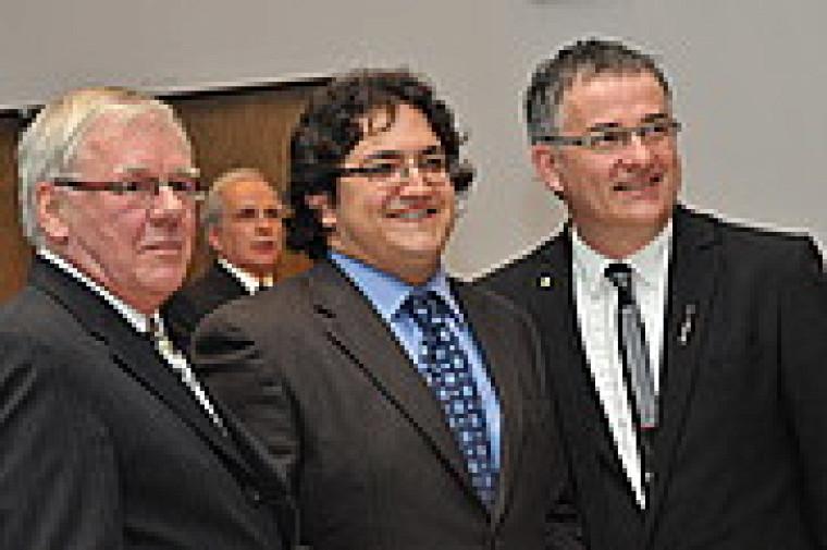 Yves Lamontagne, président du Collège des médecins du Québec et le doyen Réjean Hébert entourent le porte-parole de la promotion, Dr Jean-Christophe Carvalho.