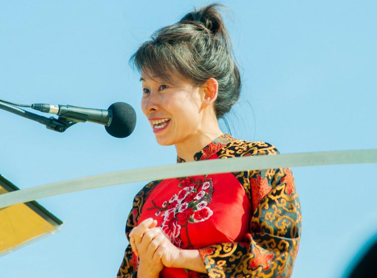 L'écrivaine québécoise d'origine vietnamienne Kim Thúy a livré avec justesse la magnifique adresse aux diplômés.