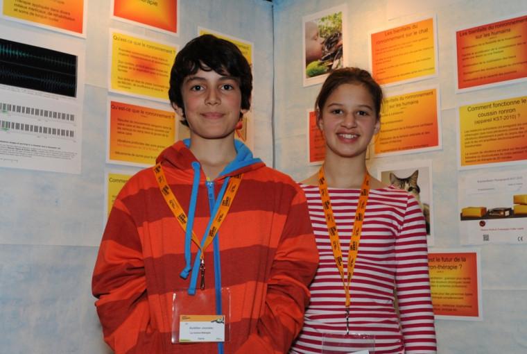 Deux exposants de la finale régionale de l'Expo-sciences Hydro-Québec 2013, prêts à accueillir les visiteurs.