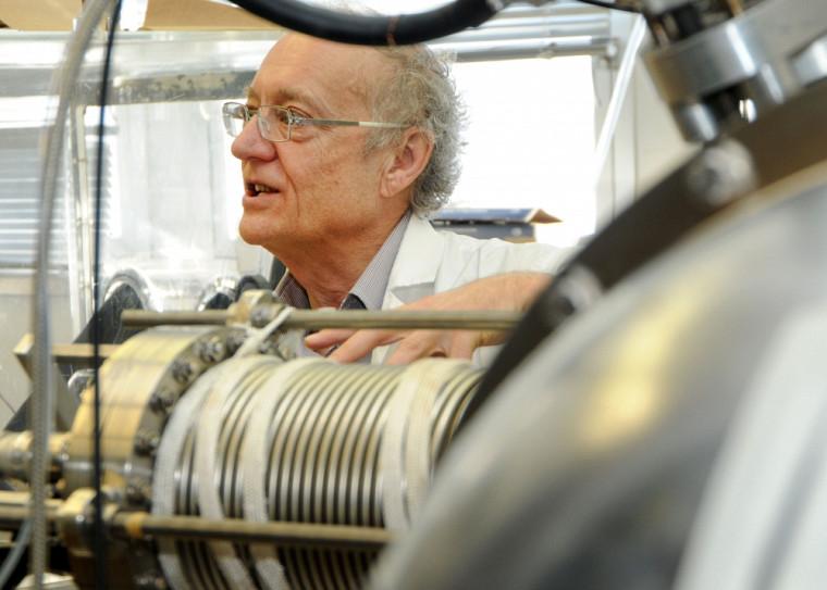 Les travaux de Léon Sanche bouleversent notre compréhension de la radiothérapie et améliorent les traitements.