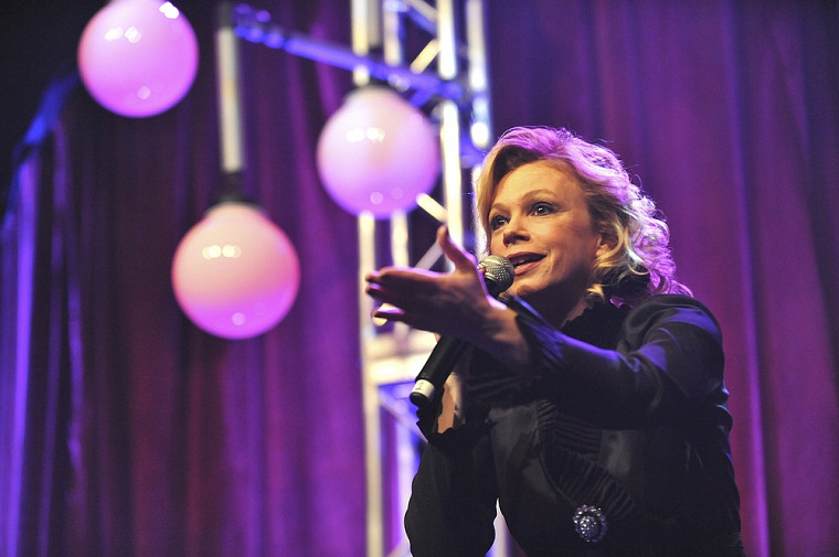 Martine St-Clair est venue interpréter son succès « L'amour est dans tes yeux » pour clore la soirée.