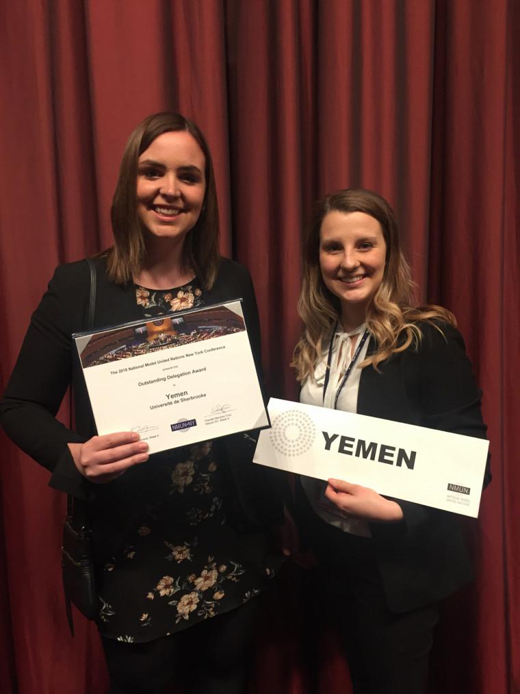 Rosalie Tremblay et Catherine Villeneuve Lavoie, heureuses d'avoir reçu cette distinction.