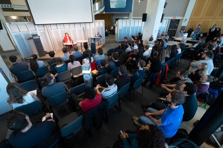 Le 30 avril, la biochimiste a animé un forum portant sur le futur de la science au Canada en compagnie d'étudiantes et d'étudiants des cycles supérieurs.