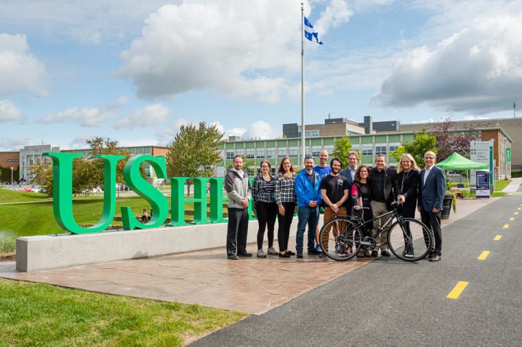 Le nouveau tronçon de piste cyclable devant l'agora du Campus principal a été inauguré lors de la Foire de la mobilité durable, en compagnie de membres de l'UdeS et des organismes partenaires de Sherbrooke.