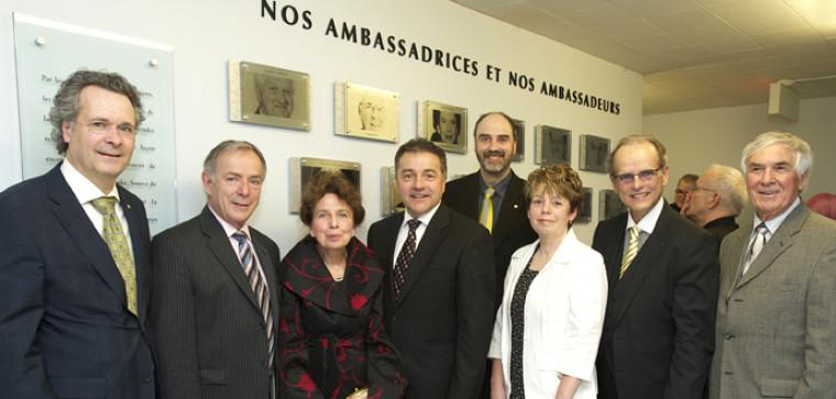 Pierre C. Noël, doyen; Claude Boucher,ambassadeur 2012; Marie Gratton, Jean Pelchat, Ghislaine Rigolt-Beaudoin, Donald Thompson et Claude Thibault, ambassadrices et ambassadeurs; à l'arrière, Jacques Beauvais, vice-recteur à recherche.