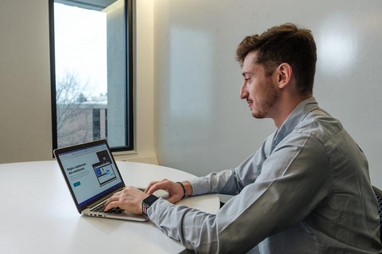 Au début, Lucas travaille seul sur un prototype de Mediato «à temps perdu», grâce à des plateformes de développement sans code.