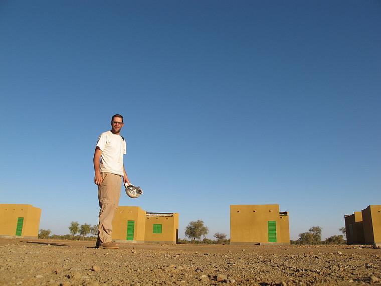 Anthony Belisle, lors d'un stage en géomatique appliquée à l'environnement, prépare le site d'une usine d'extraction d'or dans le désert du Sahel.