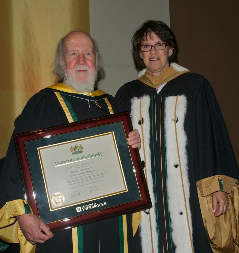 Hubert Reeves a reçu son doctorat honoris causa des mains de la rectrice Luce Samoisette.