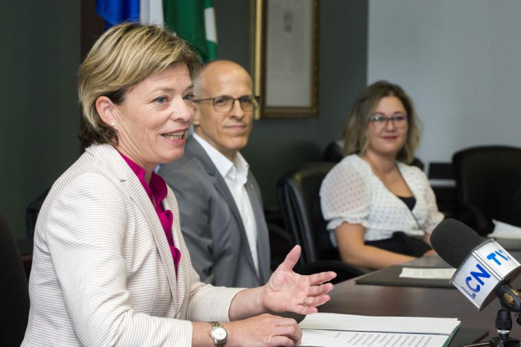 Lors du point de presse, la députée Élisabeth Brière a fait le point sur les récents succès de l'Université de Sherbrooke en recherche.
