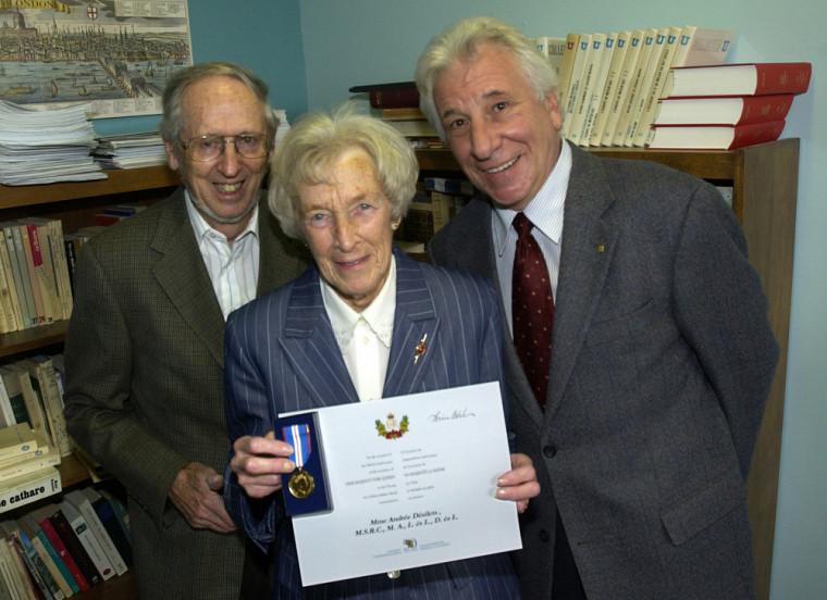 La professeure Andrée Désilets au moment de la réception de la Médaille du jubilé de la reine en 2003, en compagnie du professeur émérite Antoine Sirois (à gauche) et du doyen de la Faculté des lettres et sciences humaines de l'époque, le professeur Bernard Chaput.