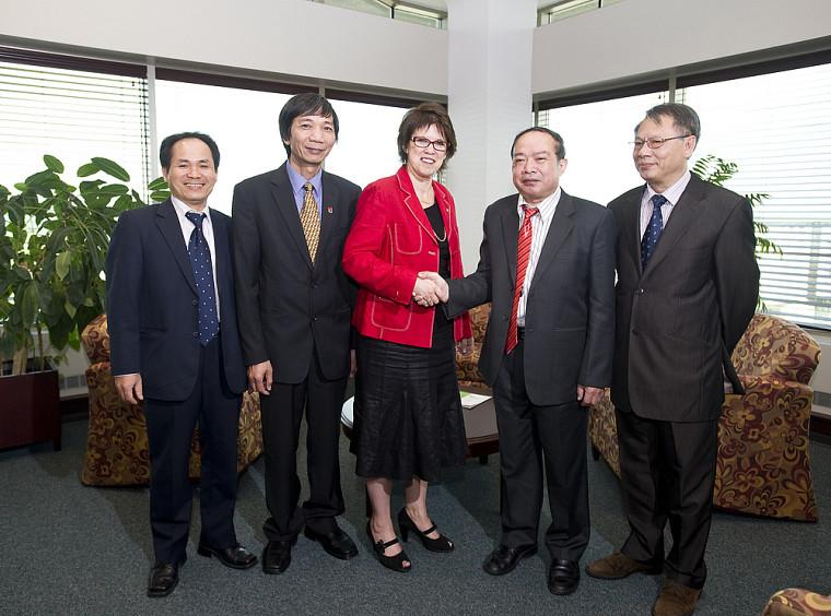 La rectrice Luce Samoisette, accompagnée de Nguyen Dinh Minh et de Bui Duy Cam, de l'Université de Hanoi (à gauche), ainsi que de Nguyen Dang, vice-président de la province de Quang Binh, et de Pham Van Cu, codirecteur du projet GEODEVLOC.