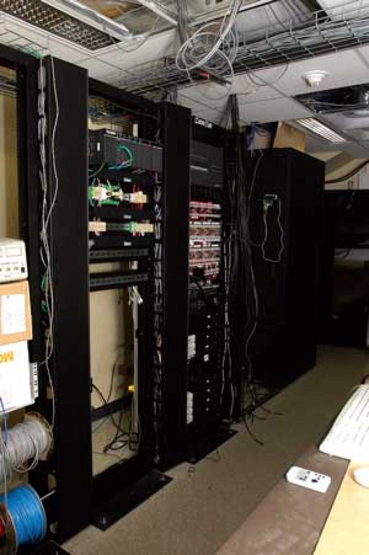 Les parois du laboratoire DOMUS abritent des serveurs pour traiter l'information des capteurs de l'appartement intelligent.