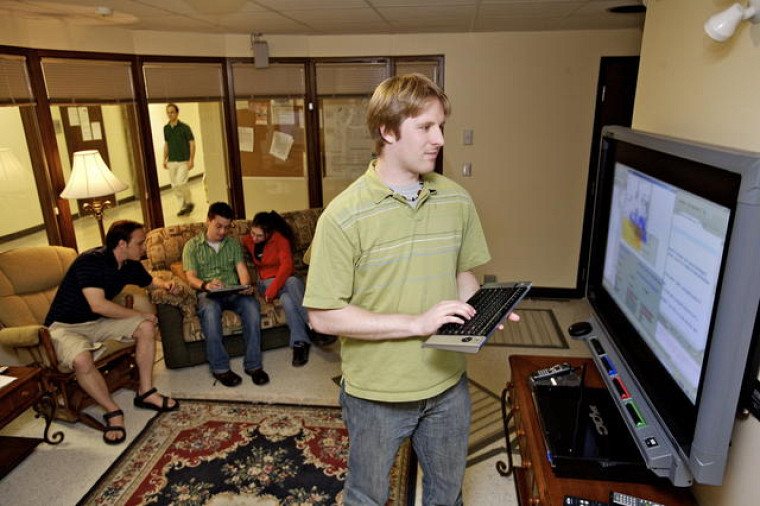 Des étudiants testent une interface dans l'habitat intelligent du laboratoire DOMUS de la Faculté des sciences.